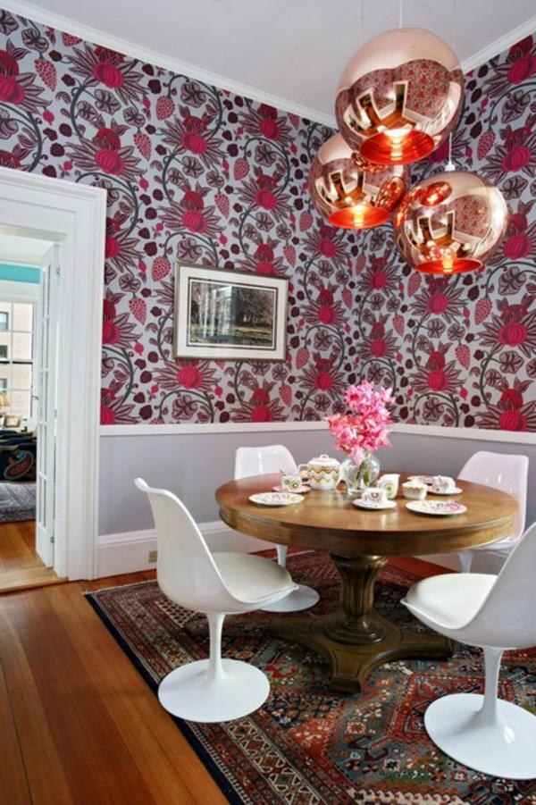 suspension-boule-table-ronde-en-bois-et-cahaises-tulipes