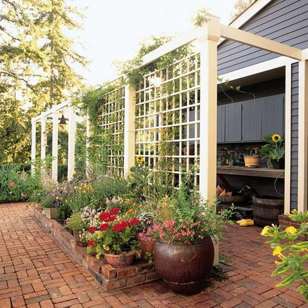 treillis-de-jardin-des-pots-de-fleurs-et-un-sol-en-briques
