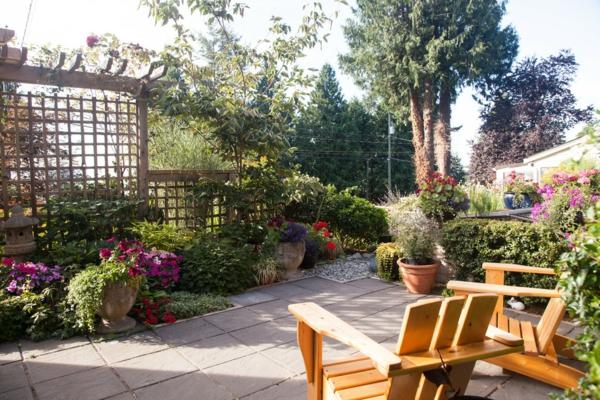 treillis-de-jardin-deux-chaises-longues-et-plusieurs-pots-de-fleurs