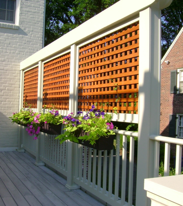 treillis-de-jardin-en-bois-combiné-avec-une-balustrade-en-bois-blanc-et-pots-de-fleurs-suspendus