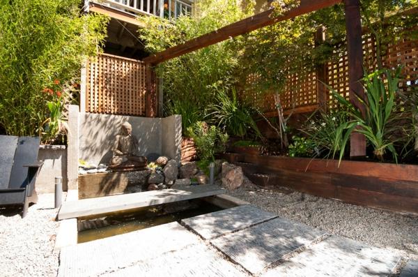treillis-de-jardin-grillage-en-bois-pour-un-jardin-exotique