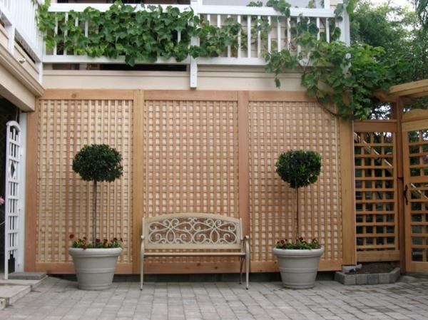 treillis-de-jardin-mural-une-banquette-et-deux-bonsais