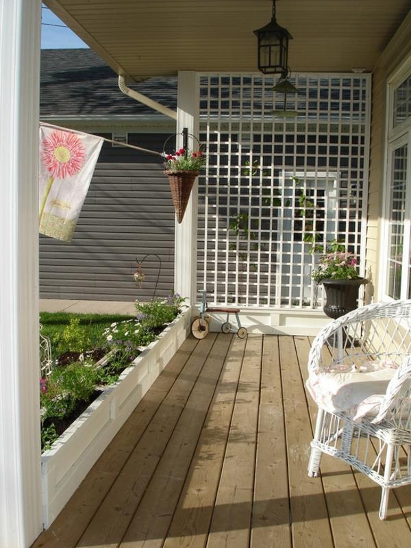 treillis-de-jardin-un-extérieur-élégant-et-impressionnant-chaise-blanche-rustique-et-treillis-mural