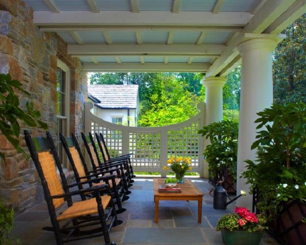treillis-de-jardin-un-panneau-treillis-blanc-et-chaises-originales
