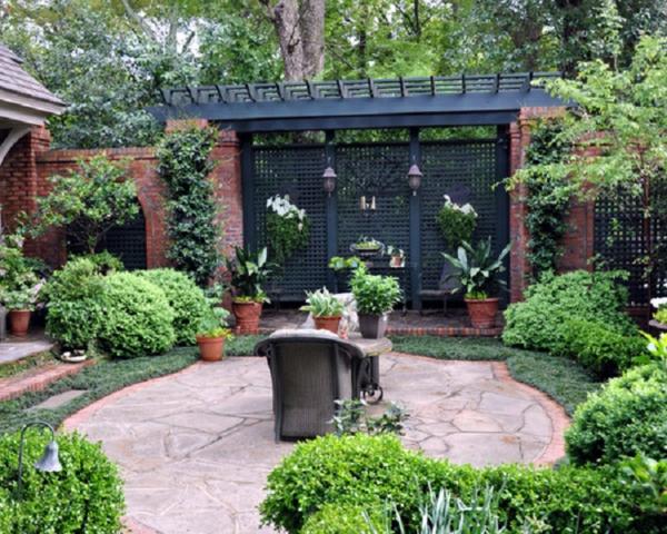 treillis-de-jardin-un-pavement-en-pierres-roses-et-buissons-verts