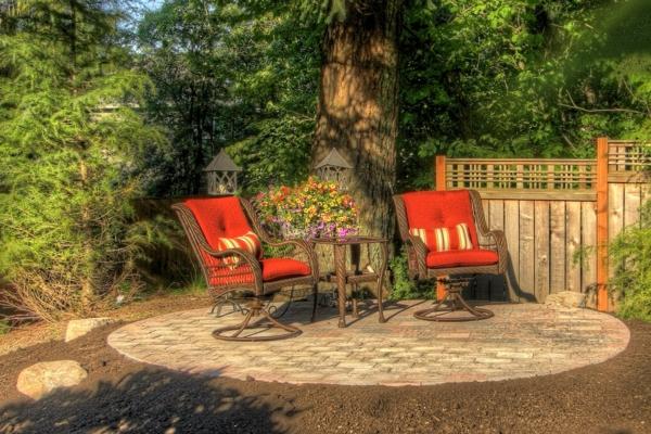 treillis-de-jardin-un-pavement-original-deux-fauteuils-cosy-et-une-brise-vue-en-bois