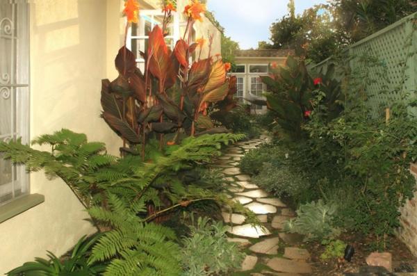 treillis-de-jardin-une-allé-en-dalles-impressionnante
