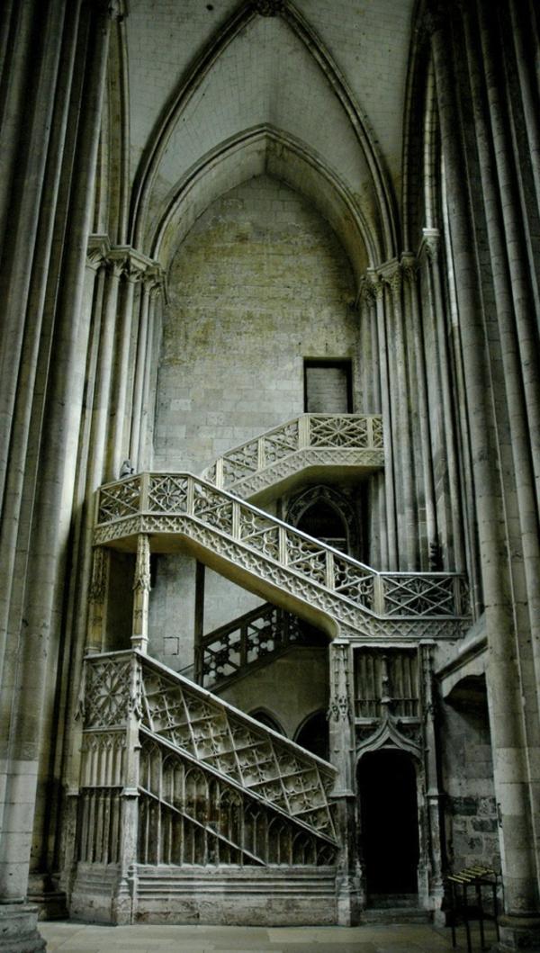 1-architecture-gothique-escalier