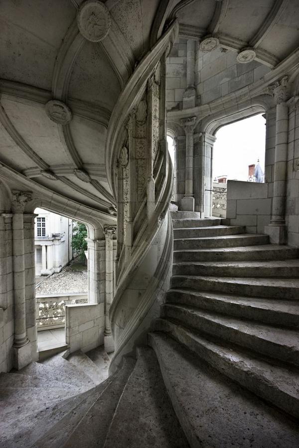 1-architecture-gothique-intérieur-escalier