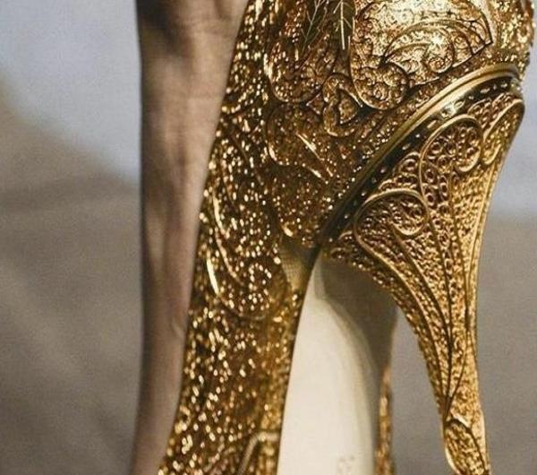 1-chaussures-à-talon-haut-d-or