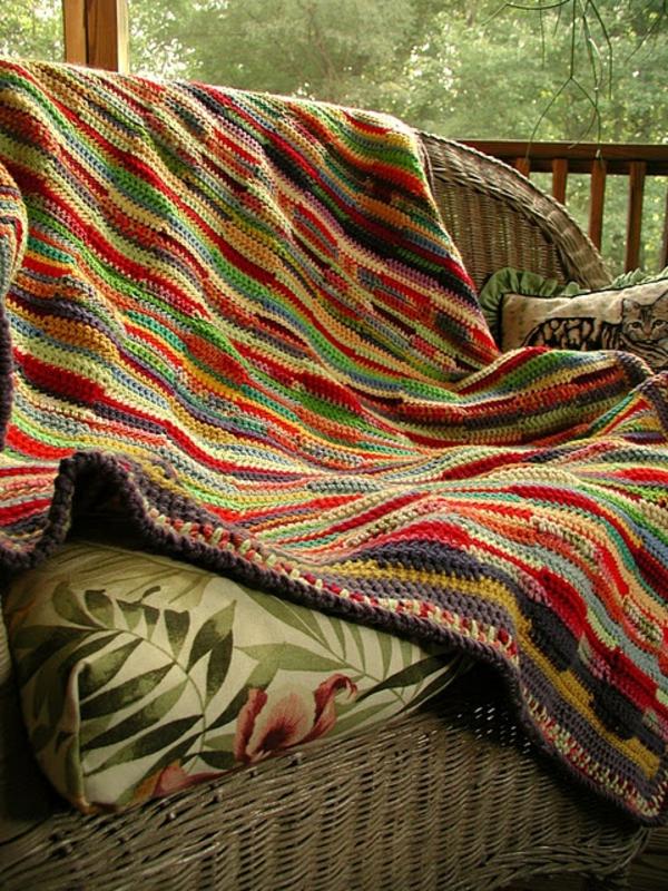 1-couverture-au-crochet-colorée-fauteuil