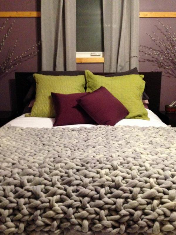 1-couverture-au-crochet-gris-lit