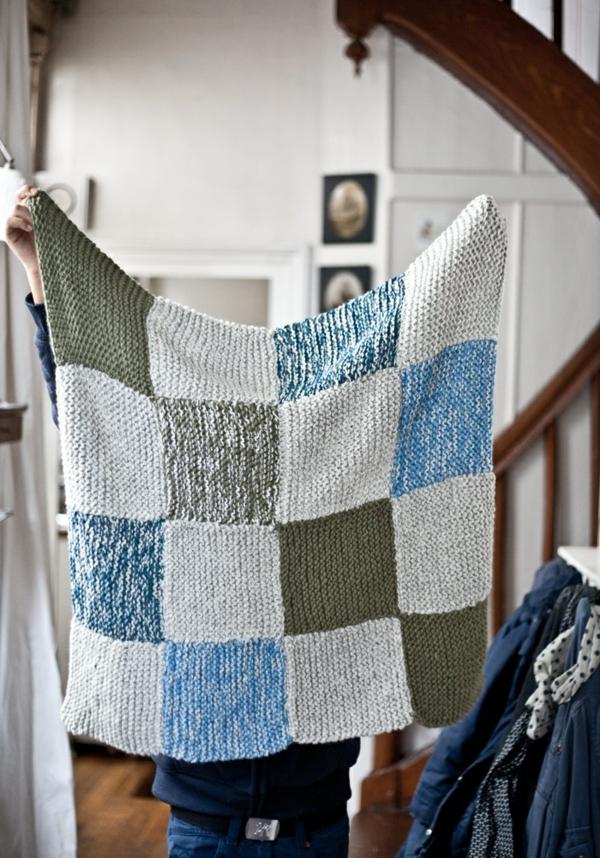 1-couverture-tricotée-blanc-bleu