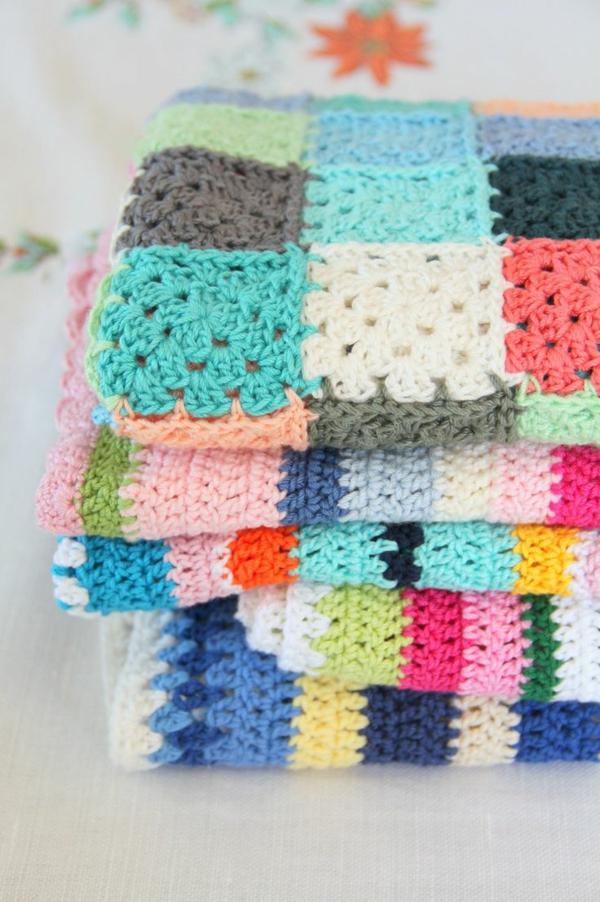 1-couverture-tricotée-lit-coloré