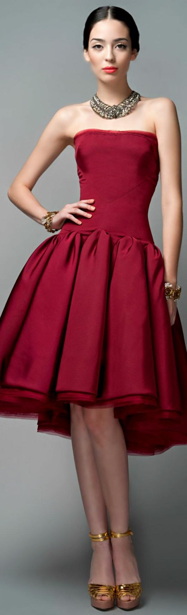 1-robe-pour-sortir-rouge-femme-brunette