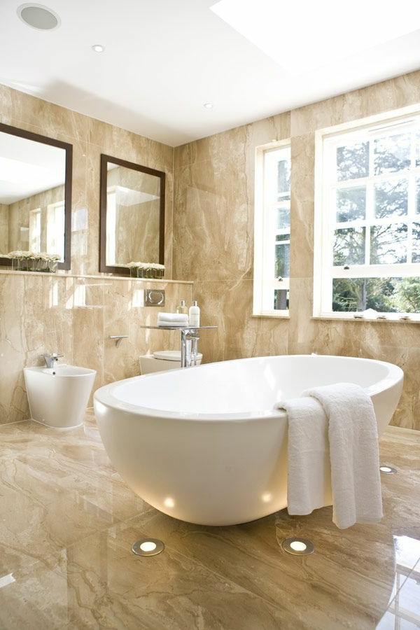 1-salle-de-bain-avec-belle-vue-baignoire