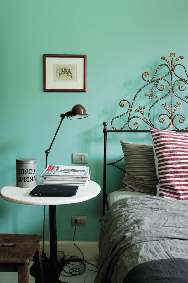 2-lit-en-fer-luxe-mur-bleu