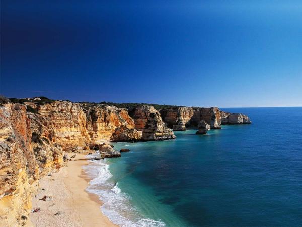 Algarve-la-mer-baie-bleue-jolie-les-roches-resized