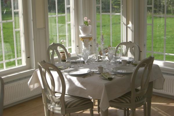 Chic-et-sobre-salon-avec-le-style-Gustavien-salle-à-manger-resized