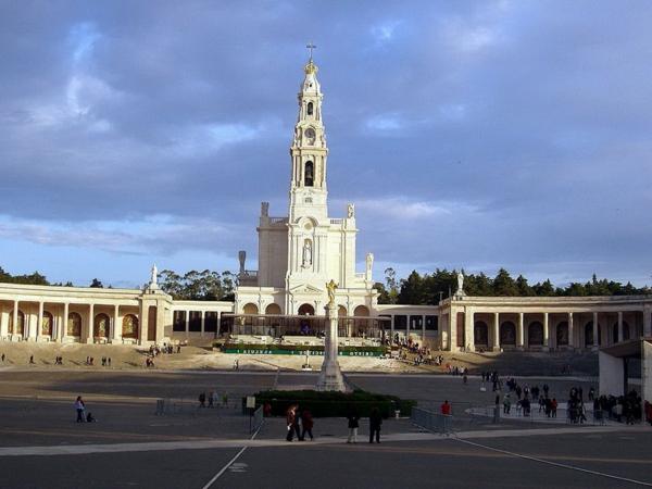 Fatima-places-pour-périlinage-cathédrale-place-réligieuse-resized