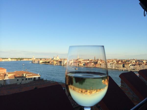 La-jolie-ville-Venise-avec-une-tasse-de-vin-sur-la-terrasse-resized