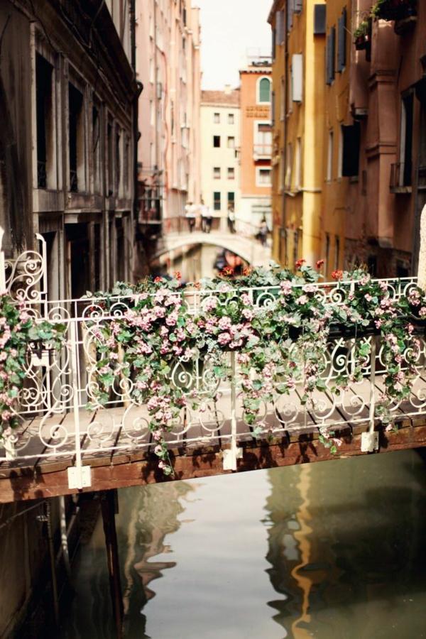 La-jolie-ville-de-Venise-que-voir-pont-avec-des-fleurs-resized