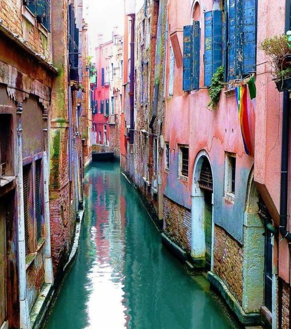 Les-vacances-à-Venise-ville-historique-patrimoine-canal-maisons-roses