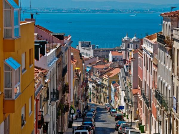Lisboa-petite-rue-qui-donne-à-la-mer-jolie-paysage