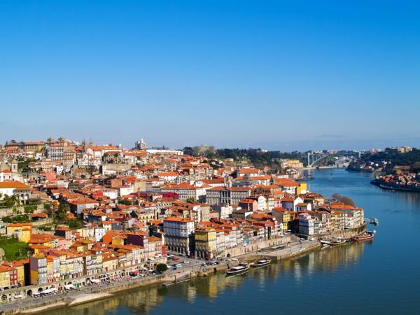 Porto-Portugal-paysage-avec-maisons-au-bord-de-la-mer