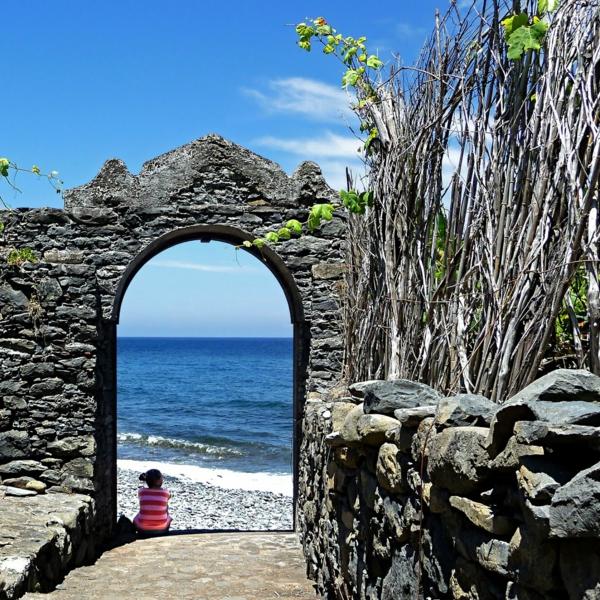 Portugal-la-porte-de-l-océan-pierres-mer-resized