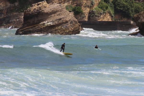 Surf-à-Biarritz-vagues-surfeurs-montagne