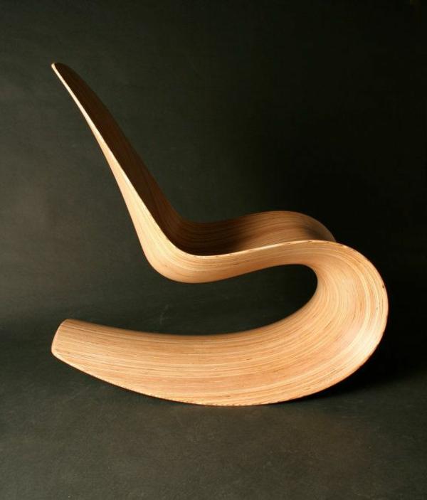 Une-chaise-berçante-en-bois