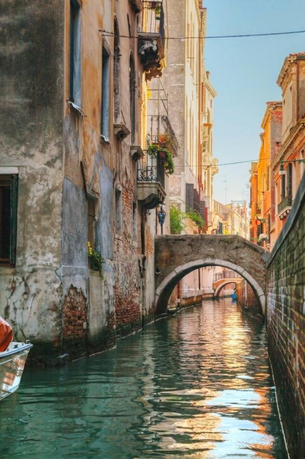 Venise-visite-à-ne-pas-manquer-pont-et-maisons-resized