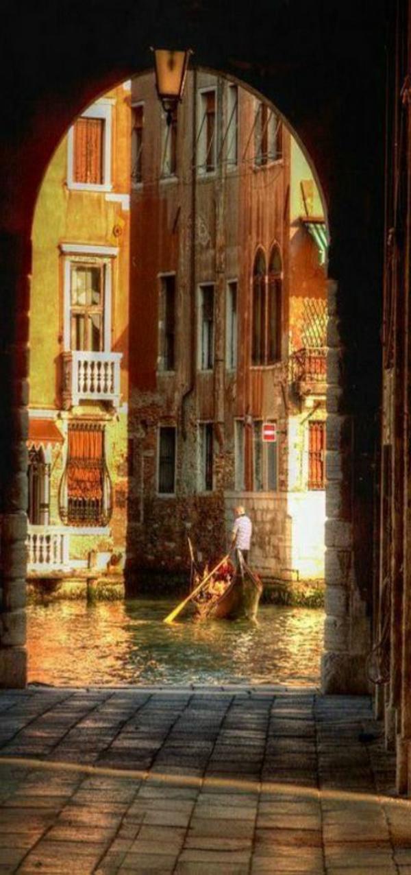 Venise-visite-à-ne-pas-manquer-vue-entre-les-maisons