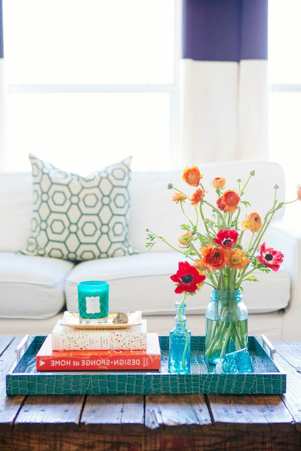 aménagement-déco-salle-de-séjour-avec-fleurs-sofa-table