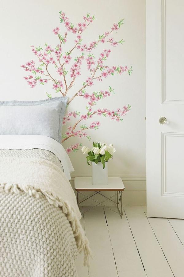 stickers-chambre-adulte-ambiance-chambre-à-coucher-sticker-de-mur-arbres-oiseaux-lit-coussins-blanche