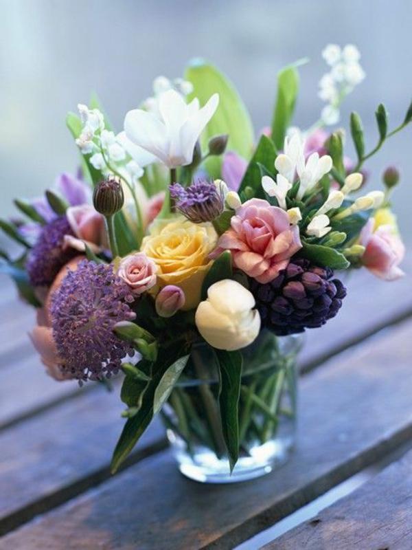 ambiance-joviale-dans-le-salon-avec-jolie-fleur-bouquet