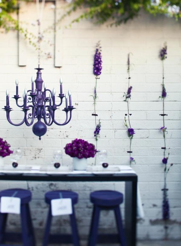 ambiance-violet-lustre-baroque-moderne-table-chaise-fleurs-violettes
