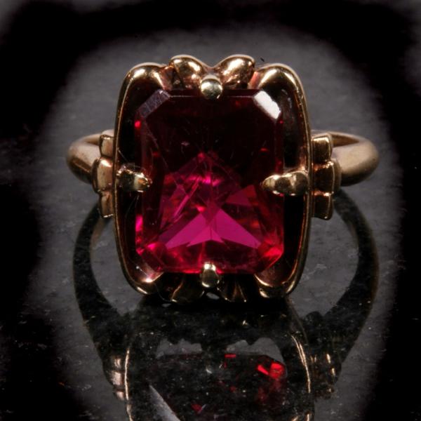 anneau-or-et-rubis-pierre-précieux-rouge