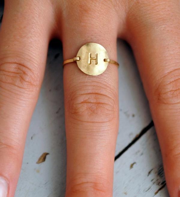 anneau-pour-main-femme-lettre