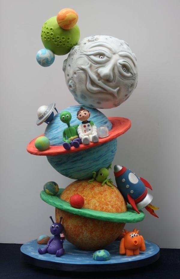anniversaire-originale-avec-un-gâteau-à-thème-populaire-astronaute