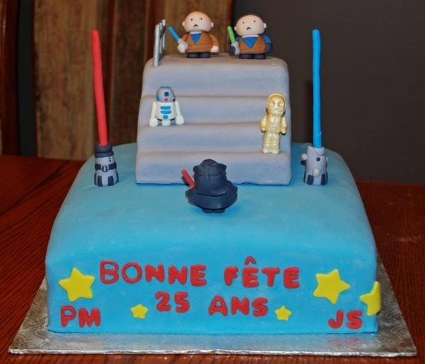 anniversaire-originale-avec-un-gâteau-à-thème-populaire-star-wars