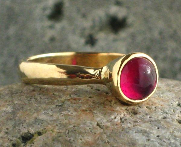bague-rubis-rouge-accessoire-ronde-en-or