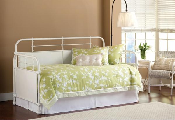 banquette-lit-avec-une-couette-en-blanc-et-vert-une-salle-de-séjour-beige