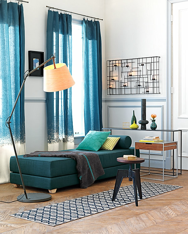 banquette-lit-bleue-design-super-moderne-des-rideaux-bleus-et-un-tapis-géométrique