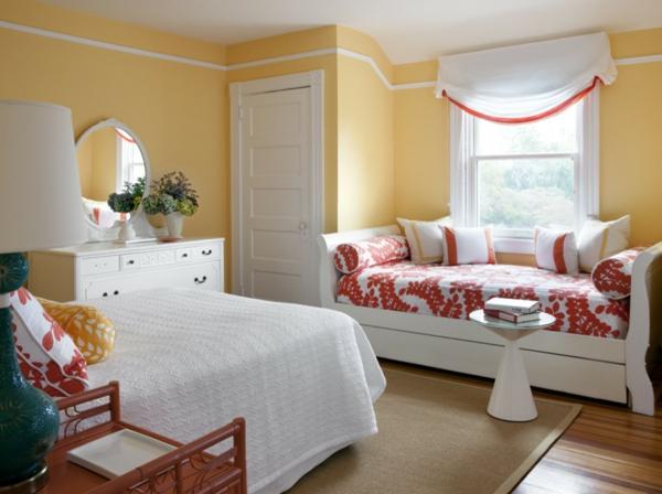 banquette-lit-couettes-en-rouge-et-blanc-murs-jaunes