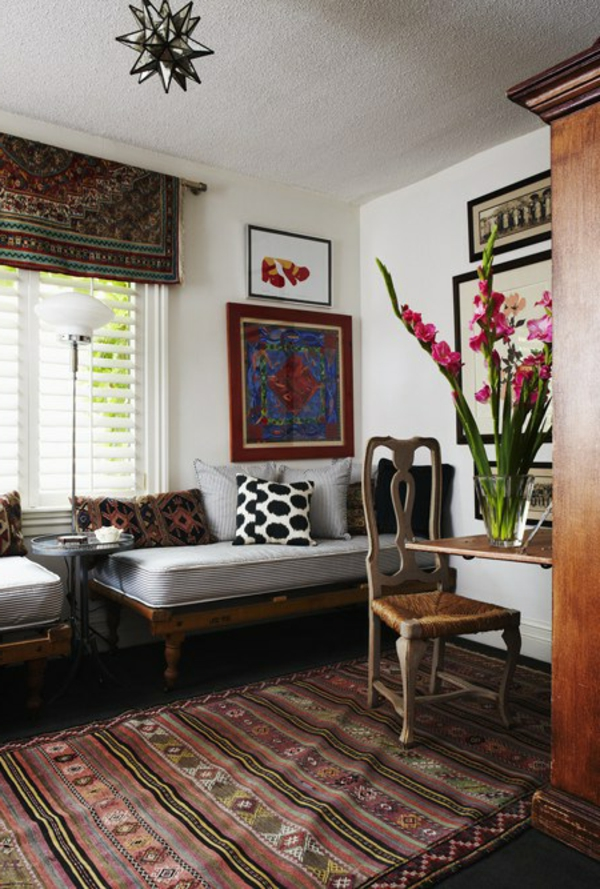 banquette-lit-en-bois-dans-une-chambre-rustique