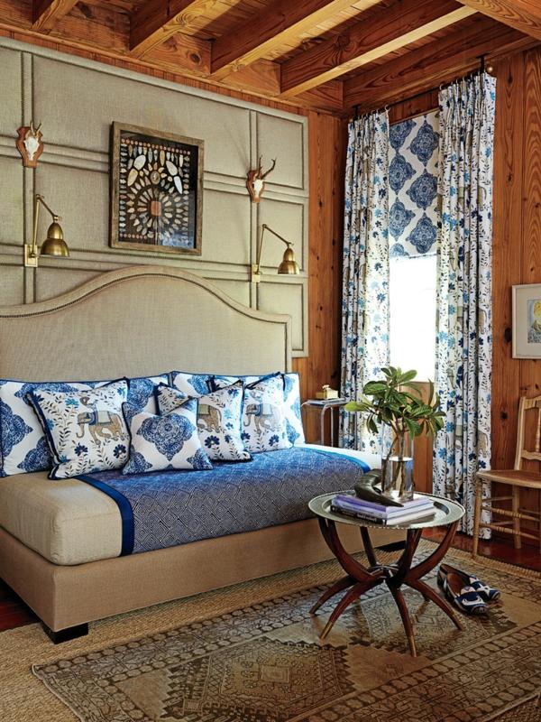 banquette-lit-et-deux-appliques-murales-décoration-en-beige-et-bleu
