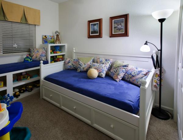 banquette-lit-et-lampe-originale-dans-une-chambre-d'enfant