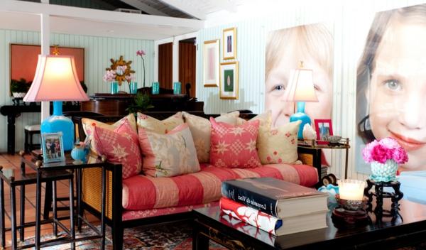 banquette-lit-et-plusieurs-coussins-sur-elle-photographies-aux-murs